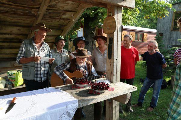 25S - Grupa wozowa śpiewa hymn okolicznościowy.