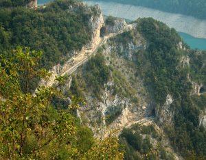 07 Wijac się serpentyny w dole jezioro Piva